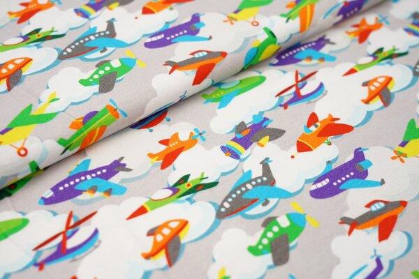 Baumwoll-Jersey mit bunten Flugzeugen und Wolken auf hellgrau