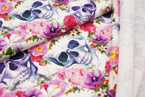 Baumwoll-Sweat bunte Blumen mit Totenköpfen und Federn auf weiß
