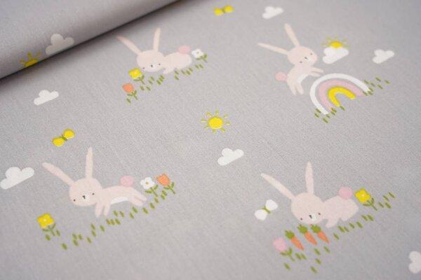 Baumwolle Häschen auf der Wiese Blumen Regenbogen Hase auf silbergrau