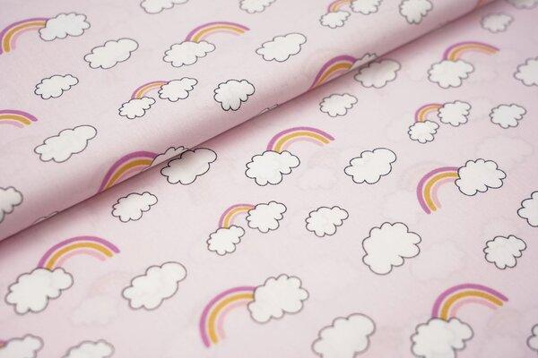 Baumwollstoff mit Regenbögen und Wolken auf babyrosa Regenbogen